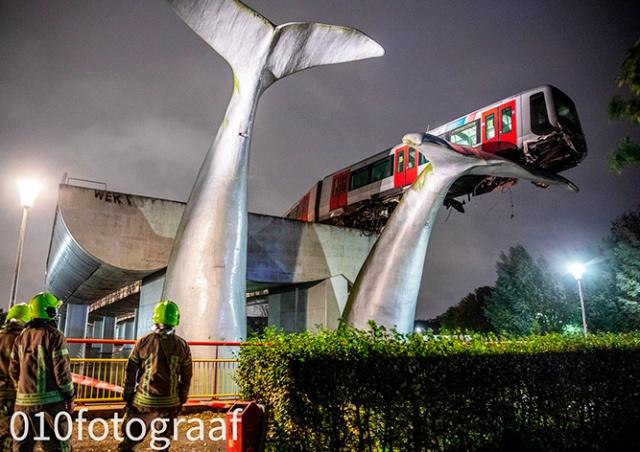 В Нидерландах поезд метро едва не упал с высоты. Спасла скульптура кита