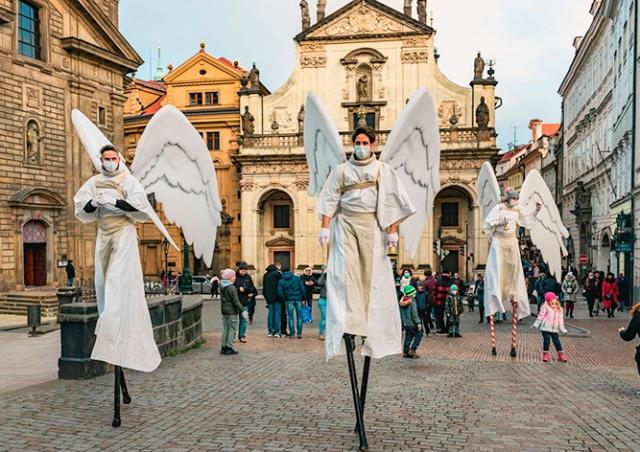 На Прагу спустились «ангелы». Как и положено, они были в масках