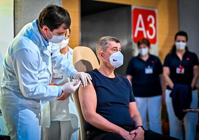Премьер-министр Чехии привился от коронавируса