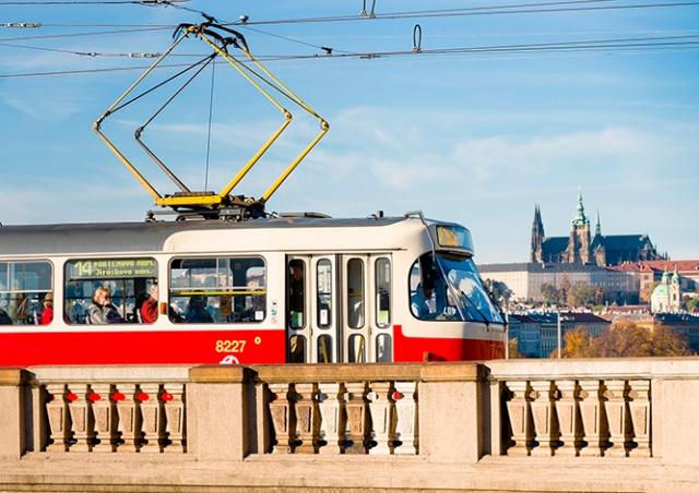 В Праге трамваи начали открывать пассажирам переднюю дверь