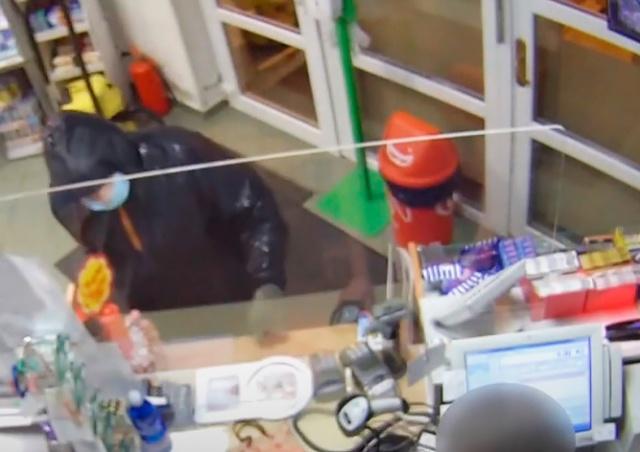В Чехии грабитель помимо основной маски надел еще и медицинскую: видео
