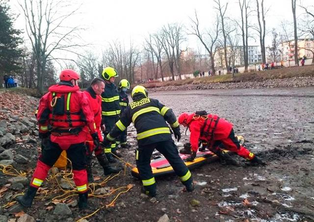 В Праге пожарные вытащили ребенка из ила