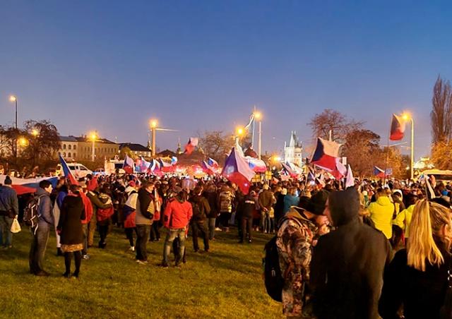 В Праге сотни человек протестовали против карантинных мер: видео