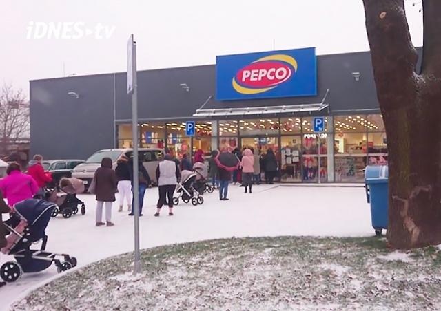 Жители Чехии выстроились в очереди в магазины и парикмахерские: видео