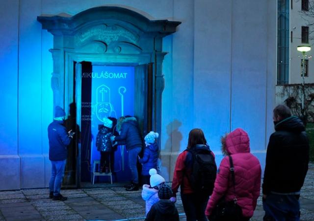 О, времена: в Праге детей поздравлял «микулашомат»