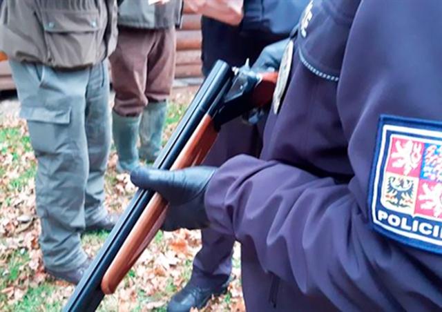 В Чехии охотник целился в зайца, а попал в коллегу