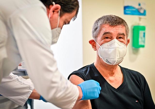 Премьер Чехии получил вторую дозу вакцины от коронавируса