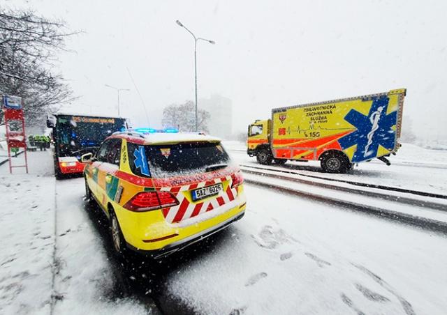Из-за снегопада в Праге столкнулись два автобуса