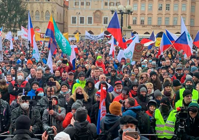 В Праге несколько тысяч человек протестовали против карантинных мер: видео