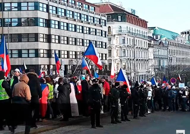 В центре Праги протестовали против карантинных мер: видео