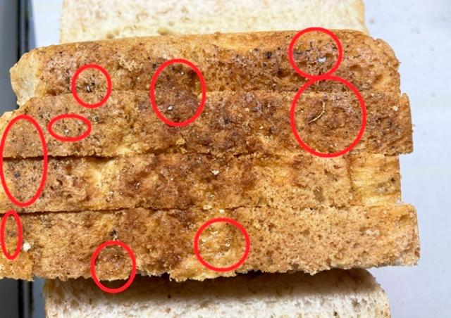 В чешские магазины попал хлеб с обломками металла