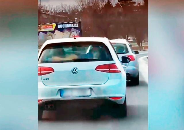 В Праге водитель вез ребенка на полке заднего сидения машины