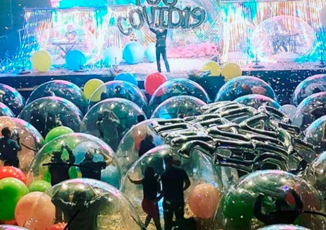 На концерте The Flaming Lips зрителей поместили в изоляционные пузыри