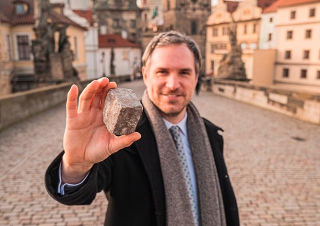 Мэр Праги рассказал трогательную историю о «брусчатке-путешественнице»