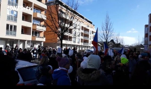 Около 200 родителей пришли к дому министра образования ЧР и потребовали открыть школы