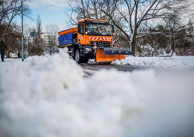 В Праге на уборку снега бросили всю имеющуюся технику