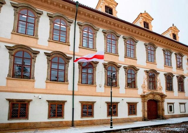 Сенат Чехии вывесил флаг белорусского протеста