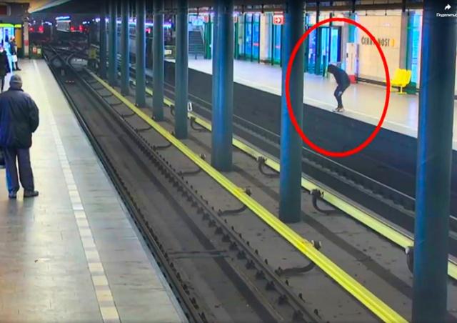 Пассажир сократил путь через рельсы на станции метро Černý Most: видео