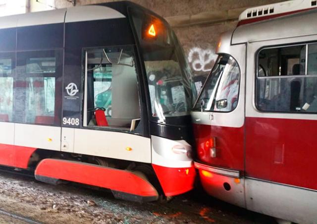 В центре Праги столкнулись два трамвая