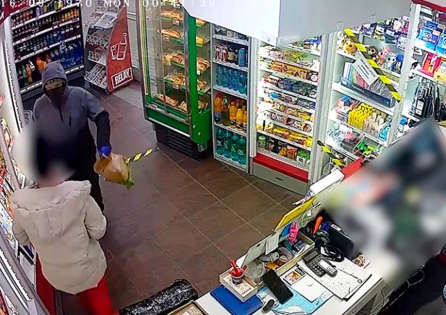 Ограбление магазина в Праге попало на видео