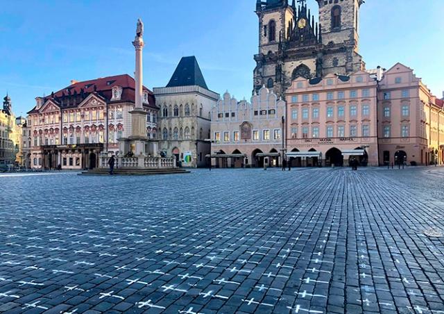 На брусчатке Староместской площади Праги нарисовали 25 тыс. крестов