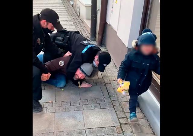 В Чехии мужчину без маски жестко задержали на глазах 3-летнего сына: видео