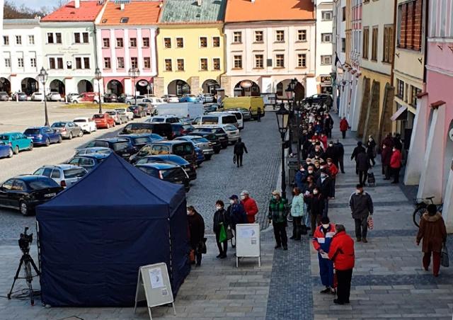 В чешском городе пенсионеры выстроились в очередь за бесплатными респираторами