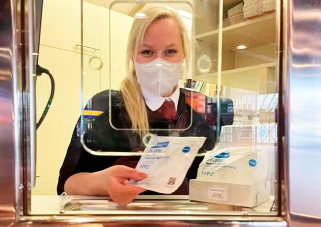 Власти Праги начали продавать респираторы в метро