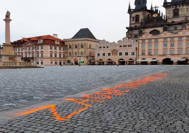 Неизвестные оставили нелегальную надпись на Староместской площади Праги