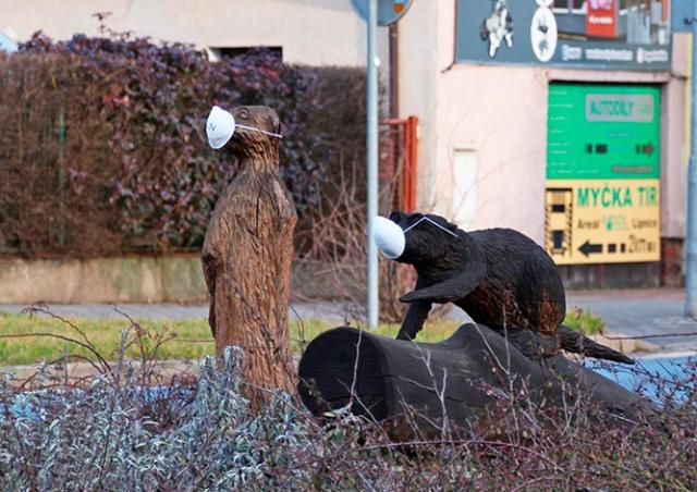 В Чехии приказали надеть маски на все памятники и скульптуры