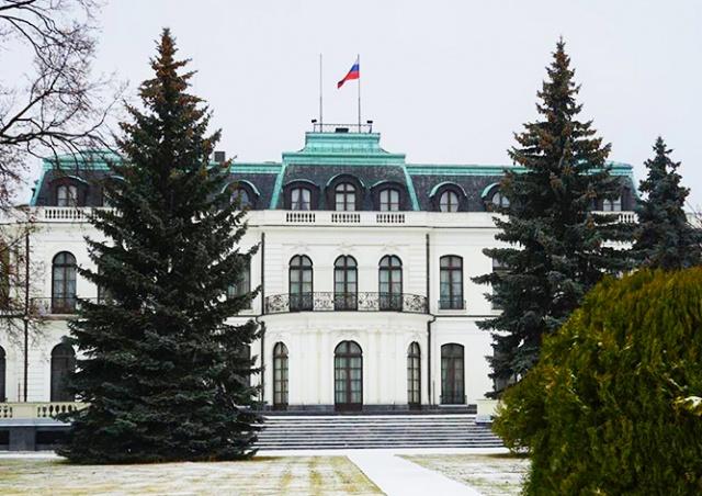 Семь человек облили кетчупом посольство РФ в Праге