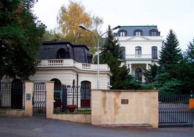 Мэрия Праги потребовала вернуть часть парка, «оккупированную» посольством России