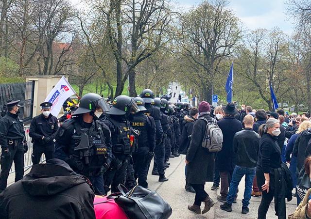 У посольства РФ в Праге митинговали противники и несколько сторонников России