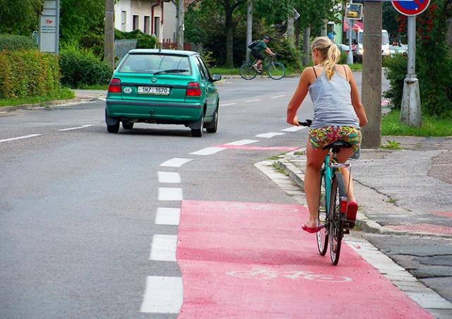 Чешские депутаты одобрили новые правила обгона велосипедистов