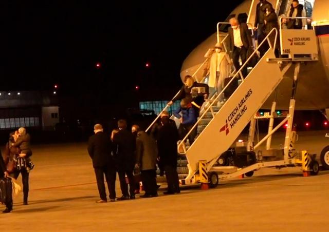 Высланные из России чешские дипломаты прилетели в Прагу: видео