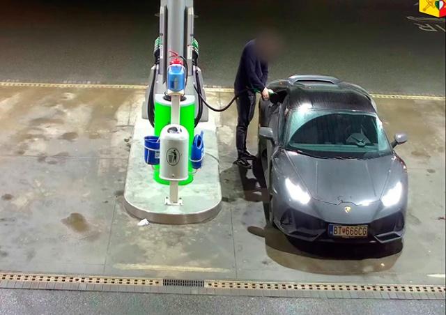 В Праге водитель Lamborghini уехал с заправки, не заплатив