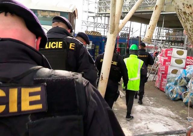 Полиция по делам иностранцев обнаружила на пражской стройке 15 нелегалов: видео