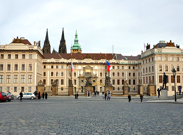 На Пражском Граде возобновили обязательный досмотр посетителей