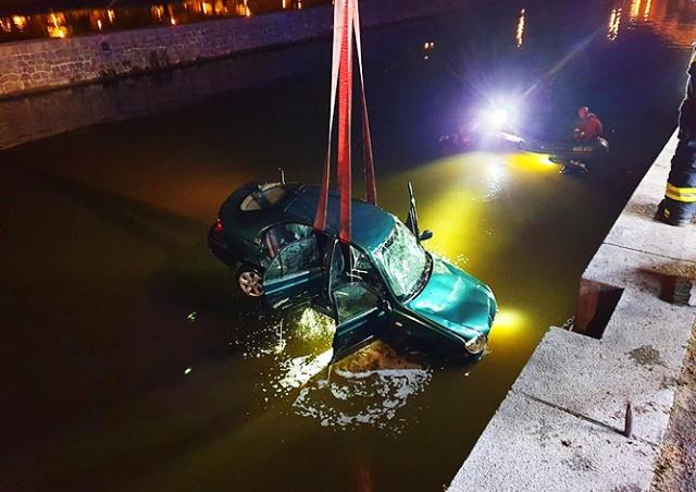 В центре Праги водолазы спасли водителя из затопленного автомобиля: видео
