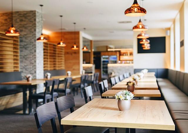 С понедельника в Чехии откроются рестораны, клубы, сауны и бассейны