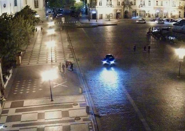 В Праге пьяный водитель выехал на Староместскую площадь: видео