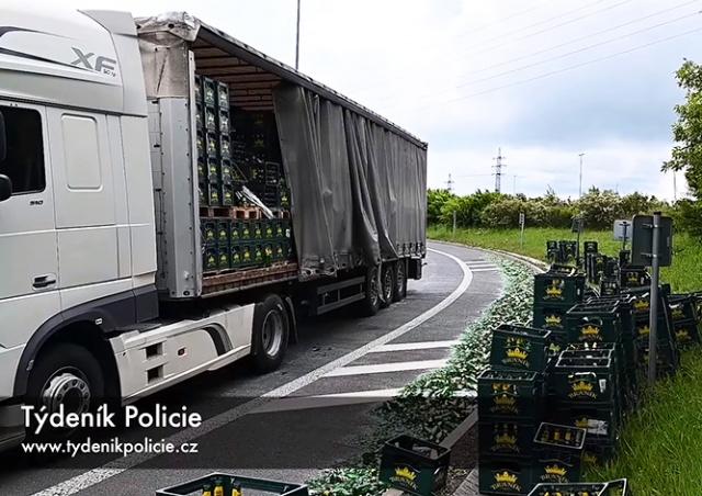 В Праге фура «разбросала» по дороге сотни бутылок с пивом