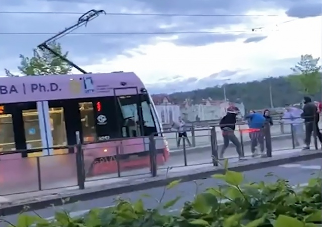 Появилось видео поножовщины с участием иностранцев в центре Праги