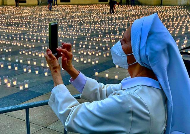 Фото и видео: на Пражском Граде зажгли 30 тыс. свечей в память о жертвах коронавируса