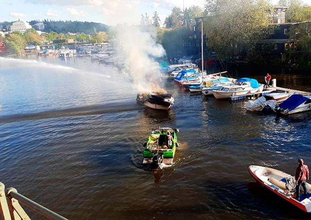 На реке в центре Праги сгорел катер: видео