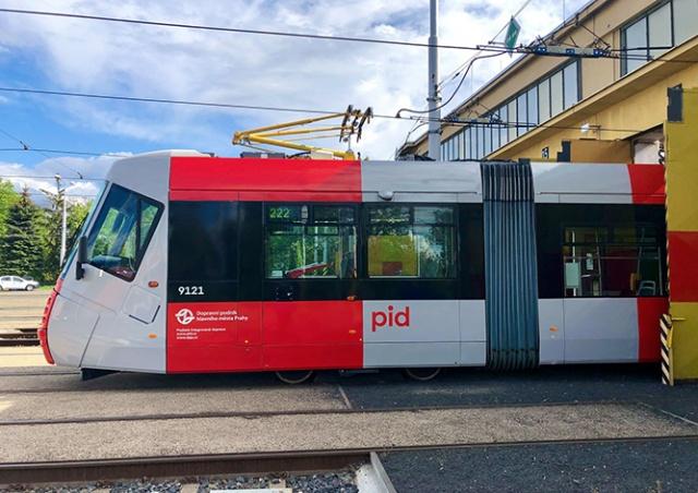 Первый пражский трамвай в новом дизайне начал возить пассажиров: видео