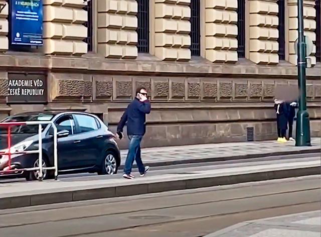 В Праге неизвестный домогается женщин на остановках. Полиция просит помощи