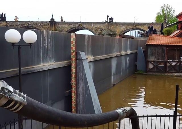 В Праге закрывают набережные из-за угрозы наводнения