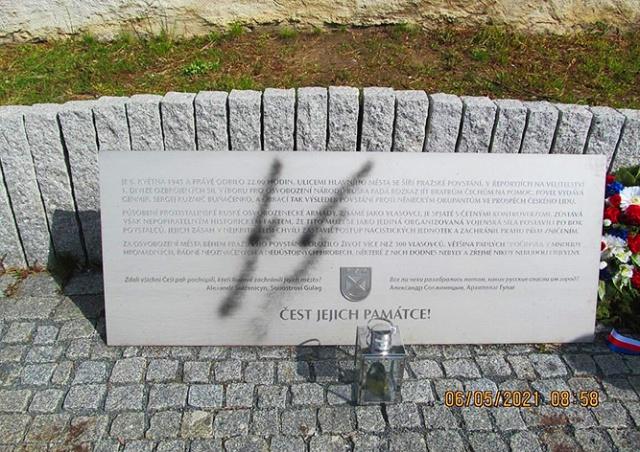 В Праге вандал изуродовал памятник власовцам