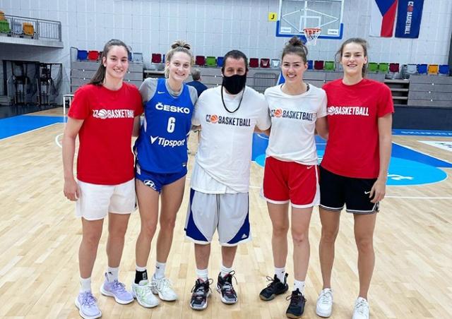 Адам Сэндлер в Праге устроил сюрприз для чешских баскетболисток